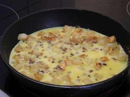 Вылить смесь на сковородку, посыпать тертым сыром.