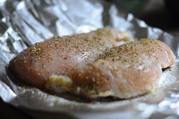 Помойте куриную грудку, обмакните салфеткой, чтобы удалить лишнюю влагу. Поперчите, посолите, щедро посыпьте сушеными травками: орегано, базиликом, прованскими, итальянскими травами, можно выбрать то, что  больше по вкусу. Запекать, завернув в фольгу, 30 - 40 минут при 220 градусах. Следите, чтобы фольга не порвалась, лучше завернуть в пару слоев, бульон, который получится при запекании, нам еще пригодится.