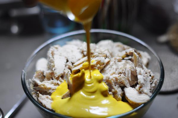 Курицу, манго, сельдерей и соус смешиваем, чтобы все равномерно распределилось. Добавляем кедровые орешки.  Это опционно, т.е., можно обойтись и без них. Готово!
