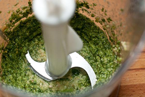 В блендере измельчите базилик с чесноком, орешками и оливковым маслом. Посолите, добавьте лимонный сок.