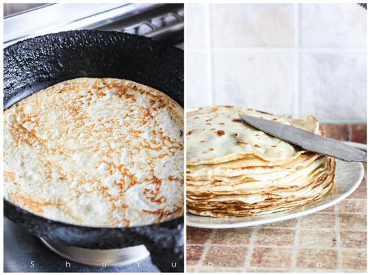 Разогреть сковороду (12-14 см в диаметре) со сливочным маслом и приготовить 20 блинчиков. Остудить.