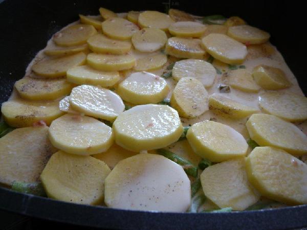 Сливки слегка взбиваем с солью и выливаем на картофель. Сливки могут быть любой жирности, калории на вашей совести:) Если не хотите делать со сливками, можете использовать даже бульон. Или же смешать их. У меня было грамм 100 овощного бульона (остался после ризотто), вот я и смешала его со сливками.