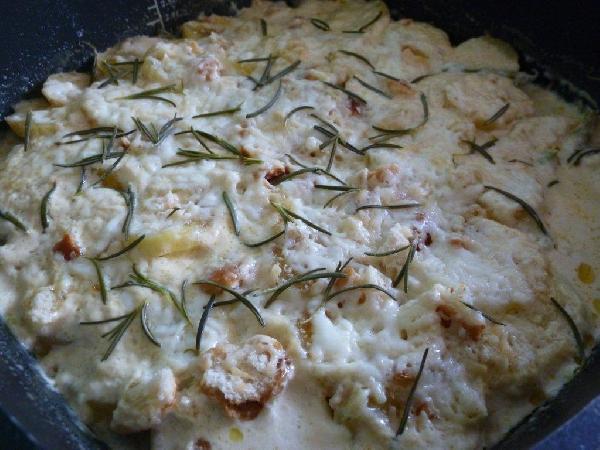 Готово! Вот очень мне нравится фасоль в этом блюде: несмотря на 40-50 минут в духовке она практически не теряет свой цвет и вполне плотненькая на вкус. Такой полноценный обед летом, если еще салат к нему сделать. А зимой получается неплохой гарнир, правда, если удастся найти зеленую фасоль:)
