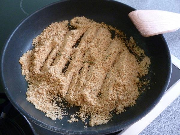 В отдельной сковороде обжариваем панировочные сухари в оливковом масле. Обязательно с розмарином. Обжариваем до красивого темно-золотого цвета. Вы можете смело использовать больше сухарей, чем по 1 ст.л. на едока. Сколько вам нужно, вы поймете приготовив этот рецепт хотя бы один раз.