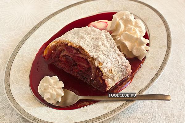 На тарелку налейте немного соуса, положите кусочек теплого штруделя и шарик ванильного мороженого. Можно украсить десерт взбитыми сливками.  Приятного аппетита!