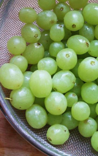 Теперь возьмем виноград. Для канапе желательно брать виноград без косточек и продолговатой формы. Помоем его хорошо и положим в дуршлаг, чтобы вода стекла. Если у Вас нет времени ждать, то можно обмокнуть виноград кухонными салфетками.