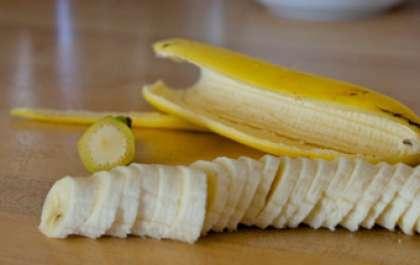 Завершаем мы свою нарезку бананом. Так как это скоропортящийся фрукт и после очистки от кожуры он начинает темнеть, тем самым может придать не аппетитный вид нашим канапе. Режем его такими же кольцами, как и киви.
