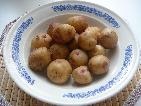 Тщательно моем  и обсушиваем картофель. Если картошка очень молодая, то стараемся мыть аккуратно, чтобы не повредить кожицу.
