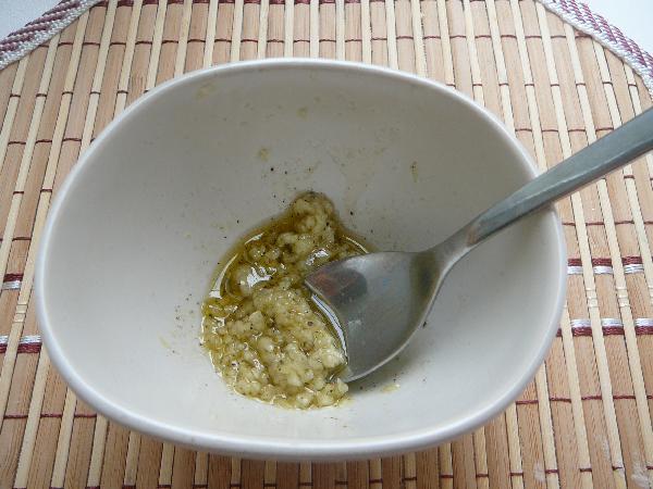 Давим чеснок через пресс, растираем с крупной солью, перцем. Добавляем масло и перемешиваем.