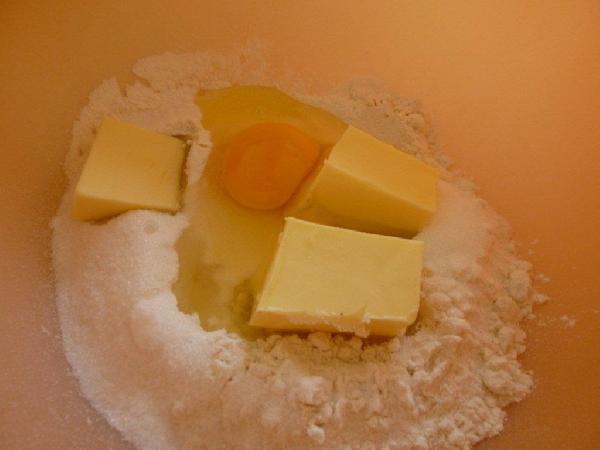 Быстро смешайте все ингредиенты (масло должно быть комнатной температуры) и замесите тесто.