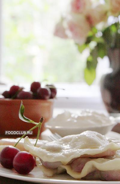 Горячие вареники складывайте на тарелку и поливайте сливочным маслом (вкуснее топлёным). Подавать можно горячими или остывшими со сметаной.