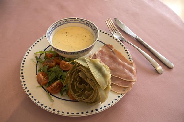 Я подавал с салатом из рукколы с томатами и сырокопчёной свининой.  Соус подавать удобнее в маленькой миске, туда удобно макать лепестки артишоков.