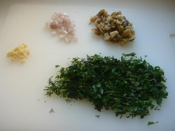 Нарезаем мелко одну луковицу шалота, грибы (обычно я беру шампиньоны, но в этот взяла вешенки. Тут вкусно с любыми), половинку зубчика чеснока (вторая половинка пойдет в соус), травы и половину всего шпината. Я думаю, травки можно брать любые, но самое главное в этом рецепте - мята. Без нее я за результат не ручаюсь. =)