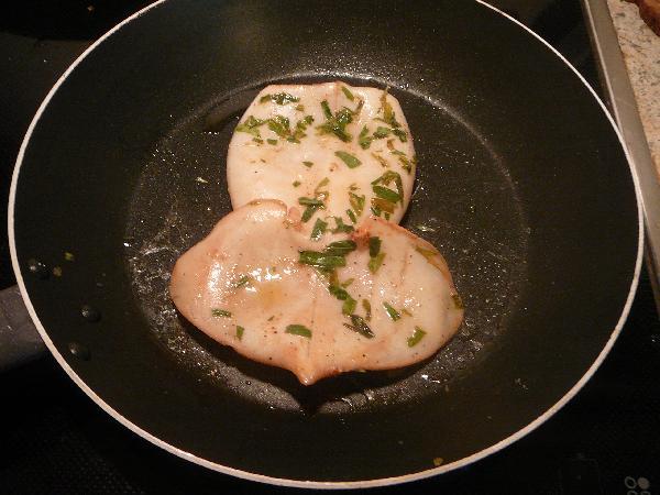 Когда наш кальмар промариновался, обжариваем его в масле на горячей сковороде на минуте с каждой стороны. Он должен слегка ужариться и стать более упругим.