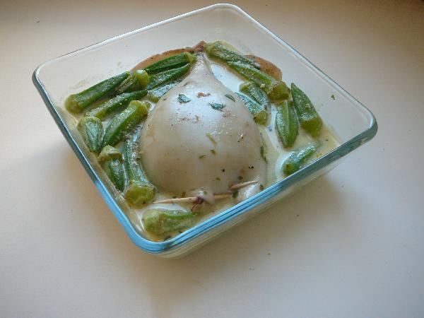 Выливаем соус в форму для запекания, посыпаем сверху сухими специями по четверти чайной ложки (перемешивать не нужно), кладем кальмара в соус и укладываем вокруг бамию (или стручковую фасоль).