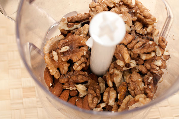 Измельчите в блендере орехи. Можно брать смесь разных видов или только один, свой любимый.