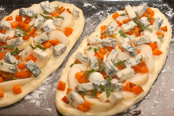 Сверху распределите кубики тыквы и сыра. Посыпьте измельченным шалфеем (или розмарином).