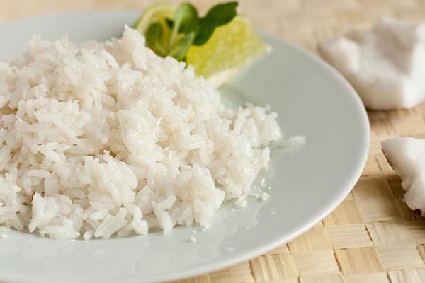 Кокосовый рис можно приправить перцем чили, кокосовой стружкой и побрызгать соком лайма.