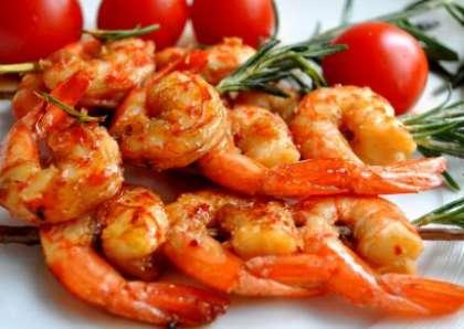 Выложите на блюдо и сбрызните лимонным соком. Подайте к столу, украсив помидорами черри и веточками розмарина.