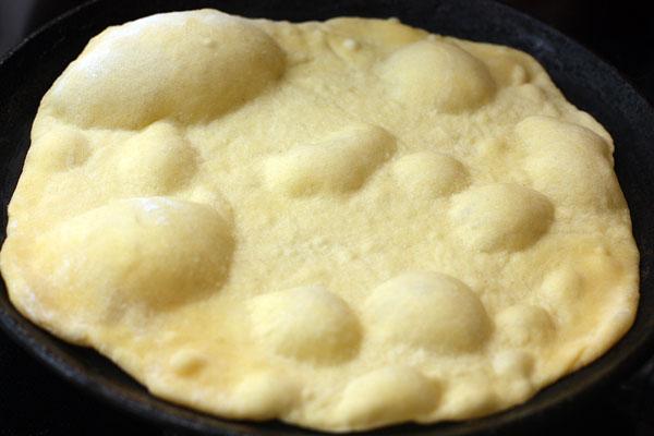 На хорошо разогретуюю сухую сковороду кладите по одной лепешке и жарьте до появления пузырей на поверхности (30-40 секунд). Затем переворачивайте и жарьте с другой стороны еще полминуты.