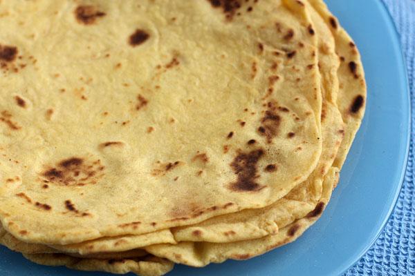 Готовые тортильи можно есть горячими сразу, а можно завернуть в пленку и хранить в холодильнике. Перед подачей можно разогревать в микроволновой печи или на сковороде.