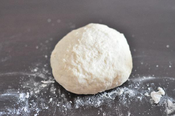 Из муки, воды, яйца и соли замесите тесто, заверните в пленку и оставьте на полчаса на столе.