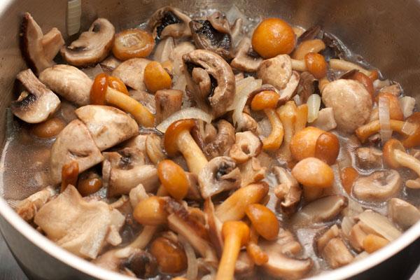 Туда же положите опята или другие замороженные грибы.