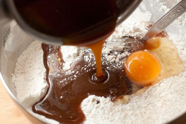 В муку со специями разбейте одно яйцо и влейте остывший сироп.