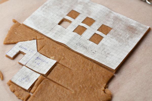 Накройте тесто, чтобы оно не высыхало во время работы, отрезайте небольшими кусочками и раскатывайте сразу на вощеной бумаге, чтобы при переносе теста оно не деформировалось. Толщина готовых пластов должна быть около 0,5 см.
