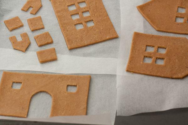 Переносите вырезанные части домика на противень вместе с бумагой. Выпекайте в разогретой до 200 градусов духовке 8-10 минут.
