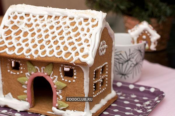Соберите пряничный домик, приклейте все части и дайте подсохнуть.   Из этого же теста можно сделать просто пряники или маленькие домики без пола для украшения чашек (на заднем плане).