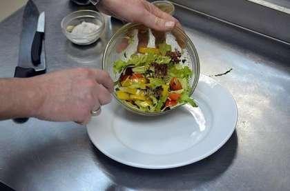 Нарвите листья салата.<br>  Нарежьте перец соломкой.<br>  Разрежьте помидоры черри на 2 или 4 части.<br>  Заправьте овощи приготовленным соусом.<br>