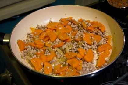 Нагреть духовку до 200 градусов.  В сковороде обжарить слегка обжарить фарш. Выложить его в миску.