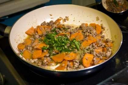 Налить в сковорду немного масла и обжарить лук с чесноком до легкой золотистости.