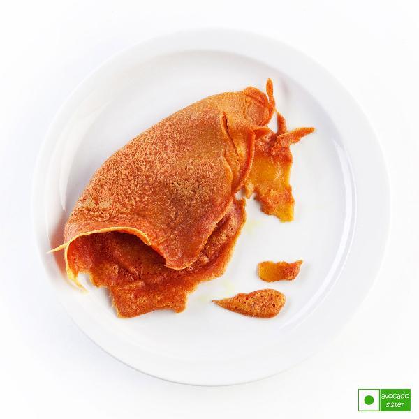 Греем сковородку, смазываем её небольшим количеством растительного масла. Пытаемся пожарить первый блин. По древней русской традиции он получается комом. Значит мы с вами, дорогие мои, идём верным путём! ))