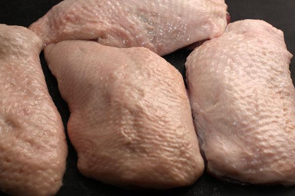Утиные грудки промойте холодной водой, оботрите бумажным полотенцем. Внимательно осмотрите, если есть остатки перьев, удалите их с помощью пинцета.