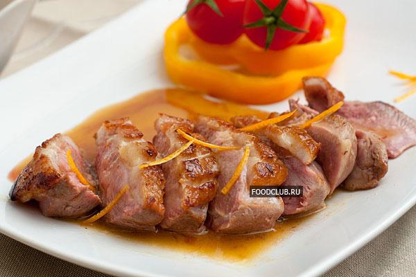 При подаче утиные грудки нарежьте ломтиками и подавайте с апельсиновым соусом. К утиному мясу подойдет легкий овощной гарнир.