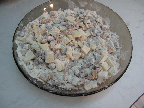Смешайте муку с крупно рубленными грецкими орехами и наломанным на мелкие кусочки белым шоколадом