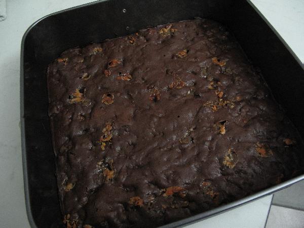 Слегка остудите брауни, выньте его из формы и нарежьте на квадраты. Подавайте со свежей мятой и  шариком мороженого.
