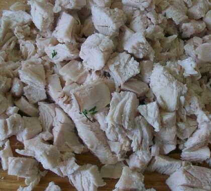 Филе курицы отварить в кипящей воде. Остудить готовое мясо. Затем порезать мелкими кубиками.