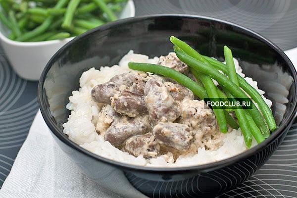 Для подачи рис надо выложить в глубокую тарелку слоем в 1,5-2 см (рис должен повторять форму тарелки), в получившееся углубление положить сердечки вместе с соусом. Овощи будут прекрасным дополнением к этому блюду.