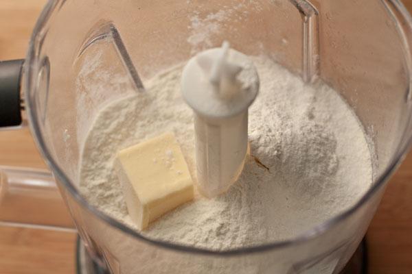 Сначала нужно смешать жир, муку и соль. Очень удобно использовать блендер, чтобы быстро соединить ингредиенты, но можно просто порубить масло ножом и растирать руками.  Вместо масла можно использовать сало или смалец.