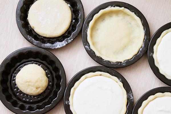 Формочки смажьте сливочным маслом. Отщипываем кусочки теста, равномерно распределяем по формочкам и выкладываем в них начинку. Ставим формочки в разогретую доа 180-200 ° духовку на 10-12 минут (для большого пирога - полчаса).