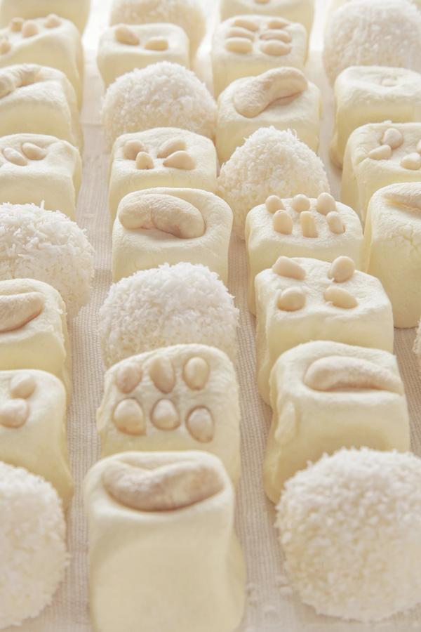 Подавать    Сладости просто идеально подходят для завтрака!   Подавать их лучше всего охлажденными, а хранятся они в морозилке.  И когда пробуешь эти волшебные молочные сладости, невольно возникает мысль: «мммм… это же просто чудо!»     Photo by www.singareev.ru
