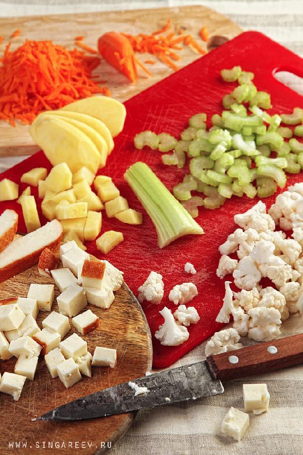 Давайте приступим без промедления, уж очень хочется попробовать, что у нас с вами получится! Подготавливаем все ингредиенты – чистим картошку, режем её на кубики размером 1х1 см. Сыр тоже режем на кубики. Морковку натираем на тёрке. Сельдерей нарезаем толщиной 0,5 см, а цветную капусту разбираем на соцветия и несильно измельчаем. В общем, стандартные процедуры ))