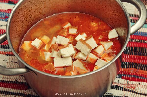 Через 15 минут вспомнили: у нас же суп варится!!! И он уже почти с дымком. Но пока только почти… Исправляем эту ситуацию – кладем копченый сыр. Этот секретный ингредиент и сотворит тот яркий уникальный вкус копченостей, характерный солянке. А также обогатит его белком (вааау!).