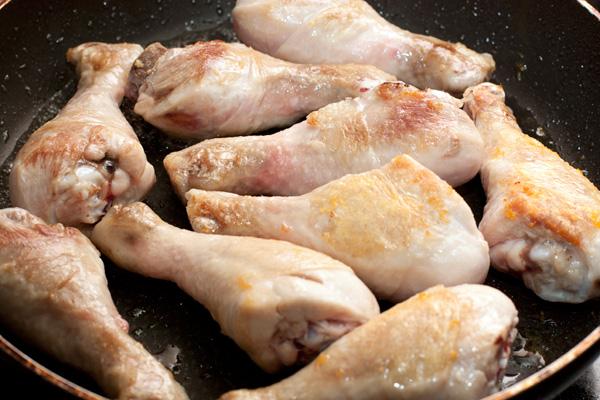 Курицу посолите и обжарьте на разогретой сковороде до румяной корочки. На фото изображен процесс обжарки примерно в его середине, в итоге корочка должна быть более выраженной.   <br>Обжаренную курицу переложите в широкую форму для запекания.