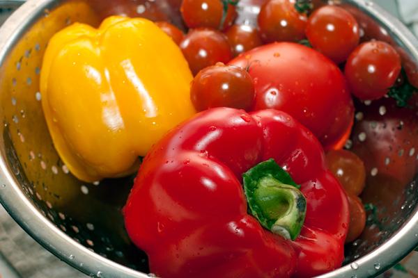 Овощи вымойте и высушите. Помидоры нарежьте кубиками, перец очистите и одну половину нарежьте квадратиками, а другую — полосками.  Лук тонко порежьте, чеснок и листья розмарина (с одной веточки) измельчите.