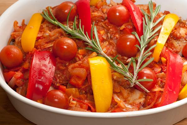 Вылейте получившийся соус на курицу, сверху разложите полоски перца, помидоры черри (не пренебрегайте ими, это очень украшает вкус блюда).   Веточки розмарина тоже положите сверху.