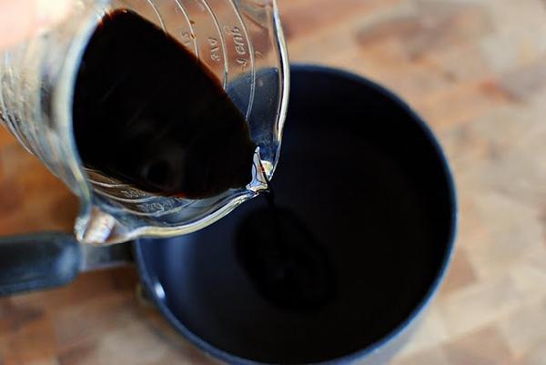 Налейте в маленькую кастрюлю 1/4 стакана бальзамического уксуса.